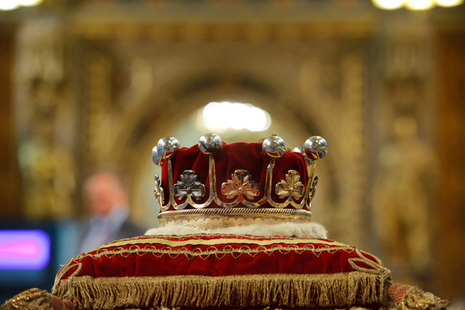 Image of the royal crown in Parliament.