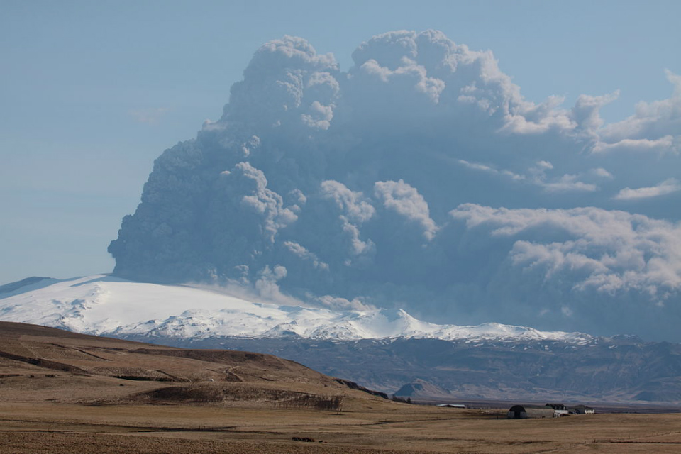 Eyjafjallajokull volcano plume in 2010 (credit: Boaworm/CC BY 3.0)