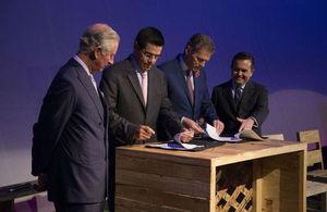 Firma de acuerdo durante la Visita Real
