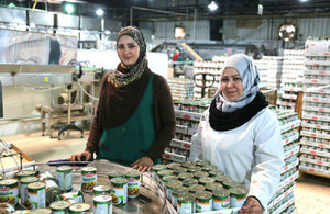 Anood and Salma working in a food processing factory (credit: Bea Arscott/DFID/CC BY 2.0)