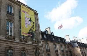 """Bannière """"Shakespeare Lives"""" sur la façade de l'ambassade de Grande-Bretagne à Paris"""