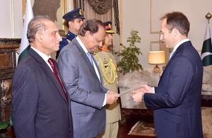 'British High Commissioner presents credentials to President Mamnoon Hussain'