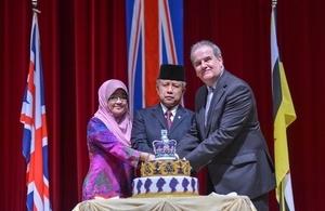 Guests of Honour YB Pehin Datu Lailaraja Major General (R) Dato Paduka Seri Haji Awang Halbi bin Haji Mohd Yussof and YM Datin Hajah Kalshom binti Haji Suhaili cutting the birthday cake with H.E. David Campbell