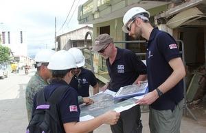 El Embajador Patrick Mullee visitó la ciudad más afectada por el terremoto, Pedernales, en compañía de tres ingenieros británicos y un especialista de riesgos y crisis.