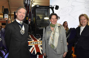 Lord Mayor de la City de Londres, Embajadora Fiona Clouder y Lady Mayoress en stand de JCB.