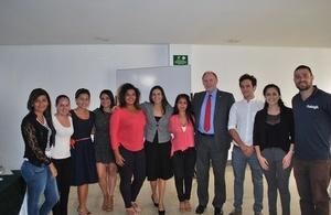 Embajador Ross Denny con beneficiarios del proyecto de Raleigh International