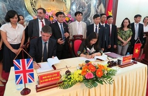 British Ambassador Giles Lever and Deputy Chief Justice Nguyen Thuy Hien sign the agreement