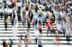 Crowd of pedestrians crossing a road (credit: B_Me/CC0 1.0)