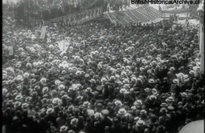 People welcoming the arrival of Yelcho in Valparaíso.