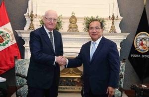 Presidente del Poder Judicial Víctor Ticona y juez británico Sir Nicholas Blake tratan sobre sistema penal acusatorio