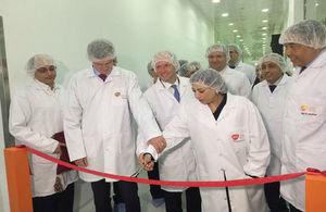 السفير البريطاني ووزيرة الاستثمار المصرية والمدير المالي لشركة جلاكسوسميث كلاين في افتتاح خط الانتاج الجديد للشركة