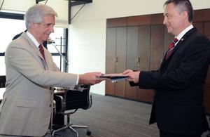 El embajador británico Ian Duddy presentó sus cartas credenciales al presidente Tabaré Vázquez.