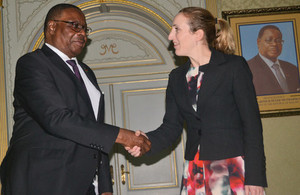 Holly Tett and President Peter Mutharika shake hands