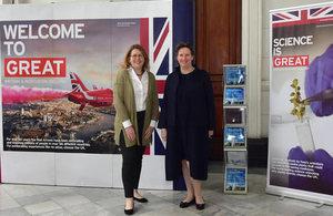 Embajadora Fiona Clouder y Alison Robinson, de NERC.