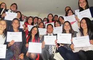 Embajador Británico Peter Tibber recibe a becarios colombianos que estudiaron en el Reino Unido gracias a la Beca Chevening