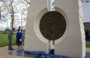 The Queen unveils the Iraq and Afghanistan memorial