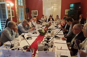 Participantes de la Conferencia sobre Derechos Humanos en la Residencia Británica en Uruguay