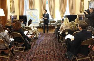 Briefing per la stampa a Villa Wolkonsky, la Residenza dell'Ambasciatore britannico in Italia.