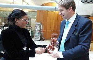 Minister Ellwod welcoming Mozambique's Ebergy Minister Klemens, in London.
