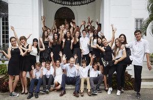 Embajador Antony Stokes con estudiantes de la Escuela Britanica de Costa Rica y de la Escuela Internacional de La Habana