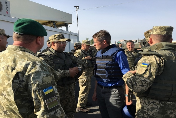 Defence Secretary Gavin Willamson meets troops in Ukraine