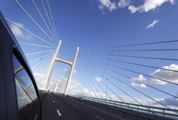 Car yn croesi Pont Tywysog Cymru