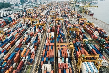 Total exports rise to a record high of £630 billion.
