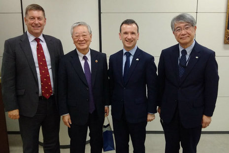 From left to right – Ambassador Paul Madden (British Ambassador to Japan), Hiroaki Nakanishi (Chairman and CEO of Hitachi), Secretary of State for Wales Alun Cairns and Toshikazu Nishino (Hitachi).