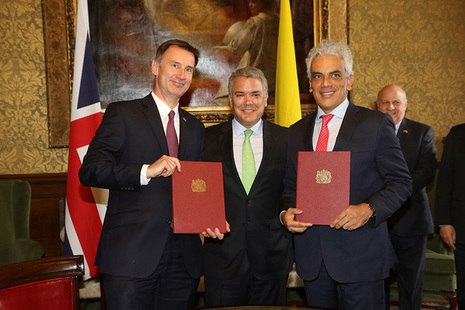 Jeremy Hunt with the Colombian Environment Minister Ricardo Lozano, shaking hands