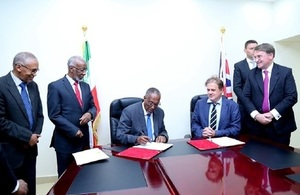 Head of DFID Somalia, Damon Bristow and Somaliland President, Muse Bihi during the signing ceremony. Looking on is the UK ambassador Ben Fender and Somaliland government officials.
