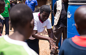 A community health worker demonstrates hand-washing techniques to protect against coronavirus in Kibera, Nairobi, Kenya, April 2020. Picture: UNICEF