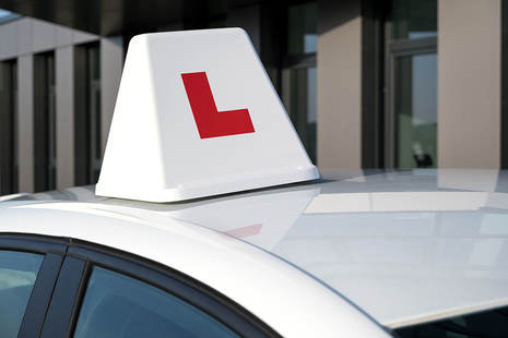 Photo a car with an L-plate box on the car's roof