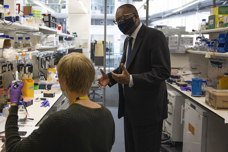 Business Secretary Kwasi Kwarteng talking to a scientist at the Francis Crick Institute