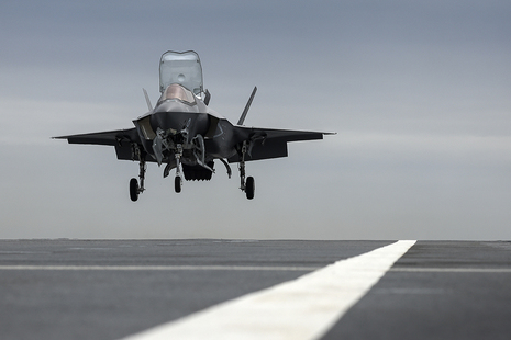 An F-35B lands on the deck of HMS Prince of Wales