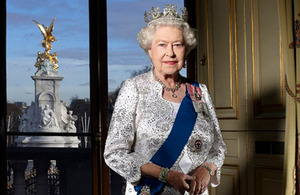 Her Majesty The Queen (© John Swannell, Royal Household, Camera Press)