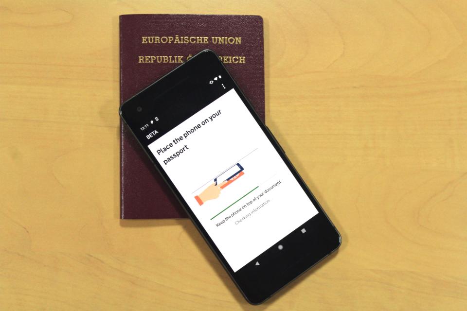 """Экран """"Проверьте информацию о документе"""" - перемещайте телефон по документу, пока приложение не распознает его."""
