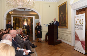 Ambassador John Freeman welcomes guests to the celebration./ El Embajador John Freeman da la bienvenida a los invitados.