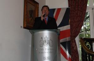 Embajador Ben Lyster-Binns