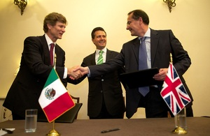 Enrique Peña Nieto, the President of Mexico (centre), Enrique de la Madrid Cordero, CEO of Bancomext (left), Steve Dodgson, Business Group Director, UKEF (right)