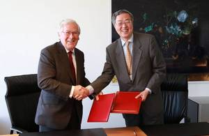 Governor Zhou Xiaochuan and Governor Mervyn King signed an agreement to establish a reciprocal 3 year, sterling/renminbi currency swap line.