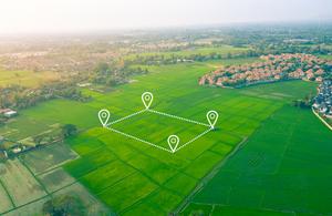 вид с воздуха на зеленые поля с наложенными значками местоположения