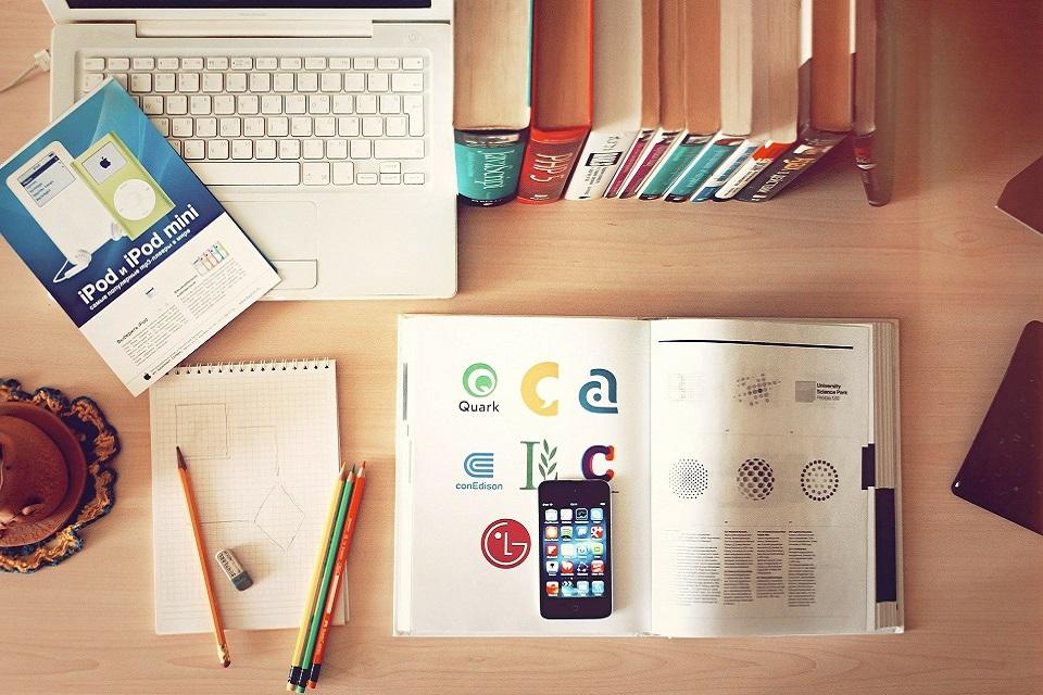 Ноутбук и канцелярские товары на столе