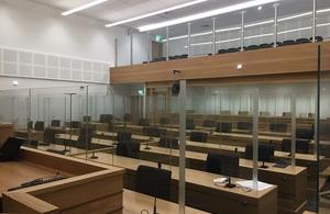 Изображение из супер-зала суда Манчестера с местами и общественной галереей