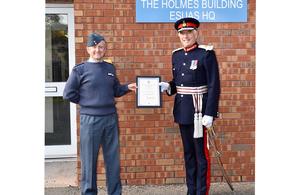 Экипаж-лейтенант Кэмпбелл Блейк и лорд-лейтенант Файф Роберт Бальфур получили награду принца Уэльского.