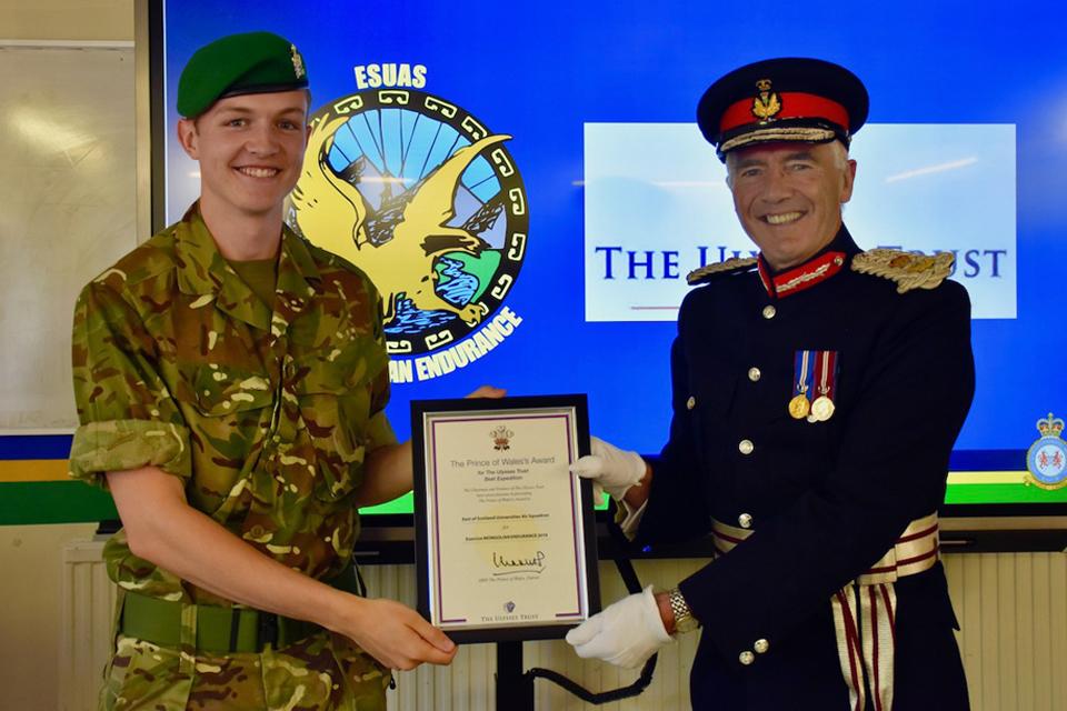 Крис Тоуард и лорд-лейтенант Файф Роберт Бальфур держат награду.
