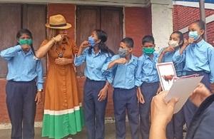 Девочки с нарушением слуха учат Хелен Грант член парламента, как подписывать слово «корова» на непальском языке жестов, начальная школа Адарса Адхабхут, Кхаджура LG