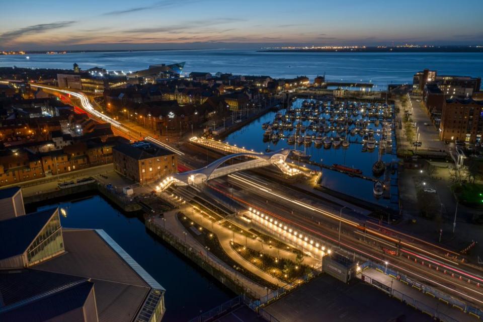 Вид с воздуха на пешеходный мост и пристань для яхт