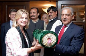 Shahbaz Shareef presenting rug to Greening