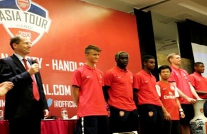 The Ambassador to Vietnam Dr. Antony Stokes and Arsenal players