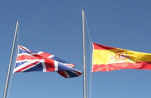 Las banderas española y británica ondean a media asta en señal de duelo.